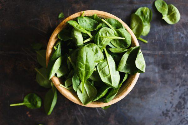 Piatto di spinaci in foglie