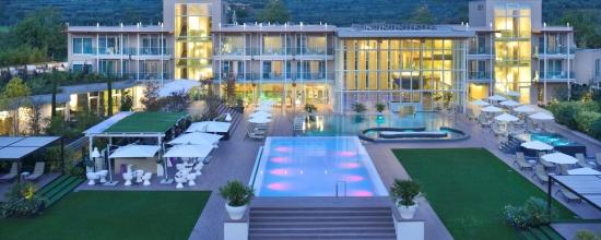 Aqua family benessere per tutta la famiglia 1 notte da 213 00 per camera bardolino verona - Hotel lago garda piscina coperta ...